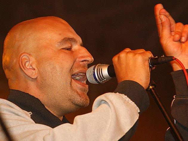 Lou Fanánek Hagen, charismatický frontman kapely Tři sestry.