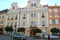 Budova chrudimské radnice před opravami. V současnosti objekt halí ochranná tkanina.