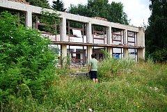 Chátrající riuny Motelu Seč nedaleko přehradní nádrže.