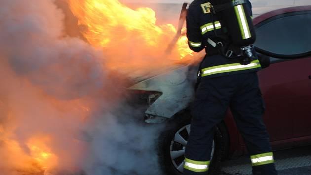 Hasiči vyjížděli hasiči k požáru osobního automobilu Toyota na silnici z Chrudimi do Pardubic.