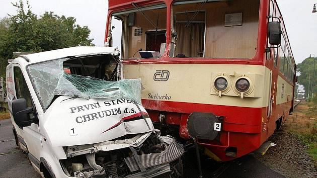 Srážka dodávky a vlaku na železničním přejezdu ve Slatiňanech si vyžádala dva lidské životy.