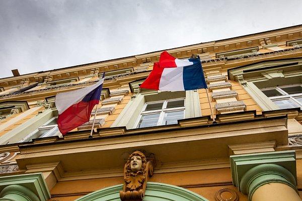 Francouzská zástava  zavlála vsouvislosti steroristickými útoky na náměstí vOpočně. Podorlické město je partnerem pařížského Puteaux, kde žil a zemřel slavný opočenský rodák malíř František Kupka.
