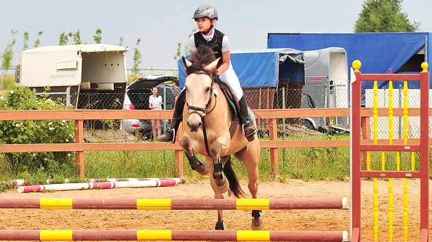 Úvodem nedělního programu se musely dívky a ženy na koních vypořádat s překážkami ve výši 60 a 70 centimetrů.