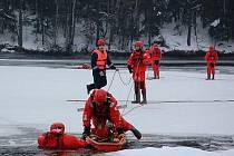 Hasiči nacvičovali v mrazivém lednovém počasí nácvik tonoucího z vodní nádrže Práčov.
