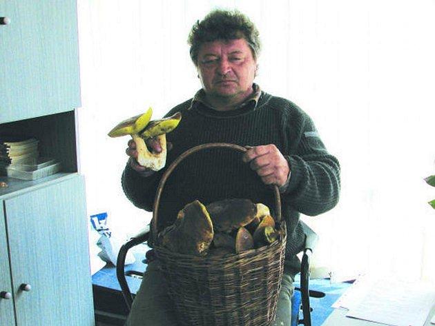 Ivo Palatáš z Hrochova Týnce se svým houbařským úlovkem.