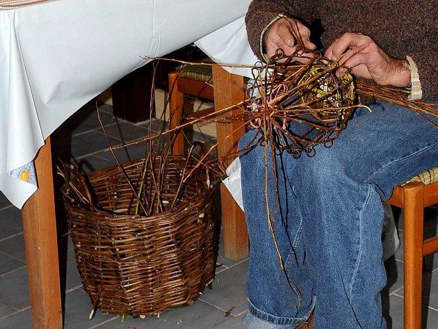 Jiří Hemerka z Rosic se věnuje pletení košíků už mnoho let.