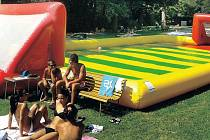 Vodní fotbal na letním koupališti v Chrudimi.
