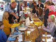 Sobotní jarmareční dopoledne na chrudimském Resslově náměstí už bylo s nádechem podzimu – s bramborovými specialitami.