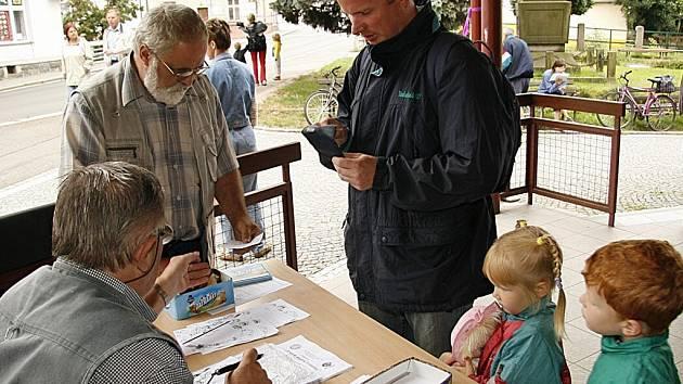 """K třicátému ročníku turistického pochodu a cykloturistické jízdy """"Krajem malířů Vysočiny"""" vyrazili turisté i přes nepřízeň počasí."""