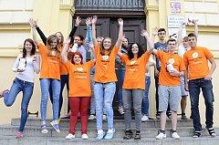 Dobrovolníky voranžových tričkách jsou to studenti SOU a SOŠ obchodu a služeb Chrudim, kteří pomáhají Centru J.J.Pestalozziho při sbírce Knoflíkový týden. Foto: Zuzana Tvrdíková