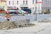 Na křižovatce Palackého třídy a Fibichovy ulice vzniká přechod pro chodce, který bude nově řízený semafory.