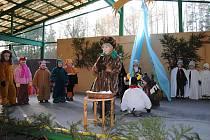 V areálu rosické tržnice předvedly děti Živý betlém.
