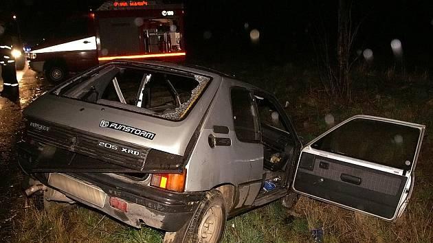ZRÁDNÁ KŘIŽOVATKA. Na úrovni odbočky ve směru do Chroustovic se střetla vozidla Opel Astra a Peugeot 205.
