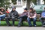 Tuhle partu mladíků najdete na malém náměstí často. Nechyběli tu ani při Dni s Deníkem. Místní občané s nimi občas mívají problémy.