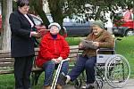 Na malé náměstí si na Den s Deníkem našli cestu lidé různého věku.