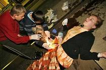 """V noci bylo na hlineckém vlakovém nádraží poraženo vlakem sedm dětí. Naštěstí jen """"jako"""". Jednalo se o členy SHM Hlinsko. Ti - patřičně namaskovaní – zaujmuli pozice na kolejích a čekali na ošetření od účastníků soutěže v první pomoci."""
