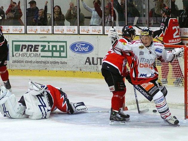 Po čtyřech domácích porážkách už konečně chtěli místní hokejisté zabrat a po kvalitním výkonu se jim to proti silnému soupeři podařilo.