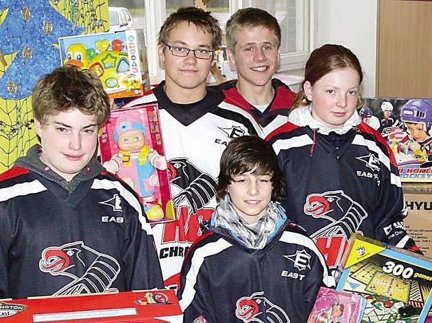 Hokejisté HC Chrudim přinesli dárky dětem do nemocnice.