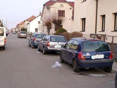 Automobil zaparkovaný před domem ve Slatiňanech naboural neznámý řidič a z od nehody ujel.