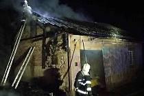 V drážním domku našli hasiči ohořelé tělo.