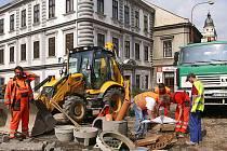 Spodní část Široké ulice bude rekonstruována do staré žulové kroužkové dlažby stejně jako vrchní část, v okolí sochy Ressela bude rozšířeno prostranství a vydlážděno mramorovou bílou mozaikou až k podstavci sochy.