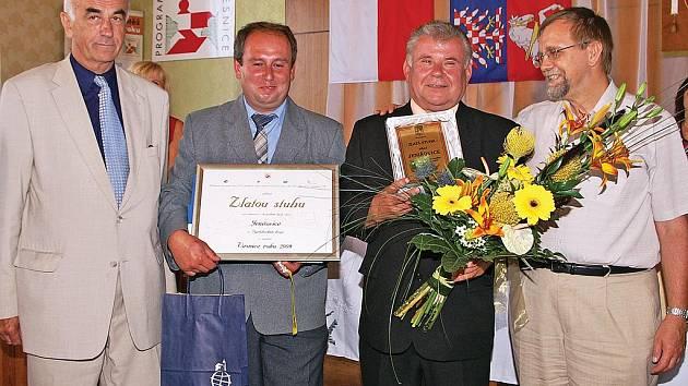 Starosta Jenišovic (druhý zprava) přebírá ocenění za titul Vesnice roku.