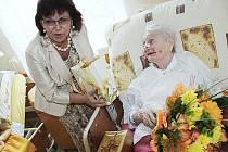 Nejstarší žena Pardubického kraje Anna Pochobradská z obce Vrcha na Chrudimsku se 19. srpna 2010 dožila sta let. Stoleté ženě popřál v předvečer jejích narozenin  hejtman Radko Martínek.