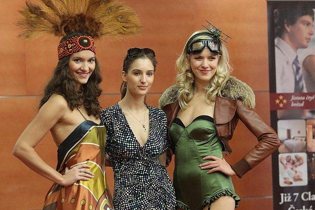 Finalistka soutěže Česká Miss 2011 Chrudimačka Barbora Zelená (zcela vpravo) při módní přehlídce v pražském hotelu Clarion.