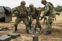 Čeští vojáci při přípravě minometu vz.52.