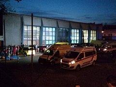 Záchranáři v Chrudimi museli povolat posily. Při ošetřování zraněné dívky dalších sedm omdlelo.