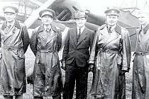 ROK 1945 – přejímka Čápů K 65 zástupci čs. armády. V civilu tovární pilot Josef Koukal, vpravo od něho mjr. František Doležal, v r. 1943 velitel čs. stíhací skupiny v Anglii. 4. 10. 1945 se stal obětí leteckého neštěstí.