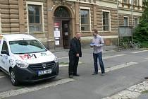 RUDOLF ADAM (vlevo)  předává klíče od nového auta řediteli Amalthey Davidu Svobodovi.