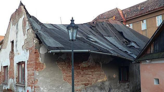 Zpustošený dům v centru Hlinska se zřítil.