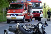 Při nehodě v Chotěnicích byl vážně zraněn motorkář. Zemřel v nemocnici.
