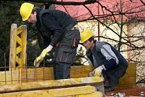 Snímek ze Spolkového domu zachytil dělníky při pilné práci, stavba pokračuje.