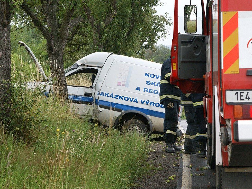 Řidička poblíž Předhradí narazila do stromu. Při nehodě byla zraněna.