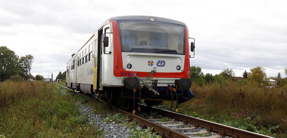 Ve Starých Jesenčanech kvůli silnému větru spadl strom přémo před motorový vlak. Nikdo ze 120 cestujících nebyl zraněn.