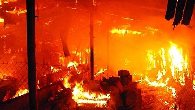 Rozsáhlý požár likvidovali hasiči mnoho hodin.