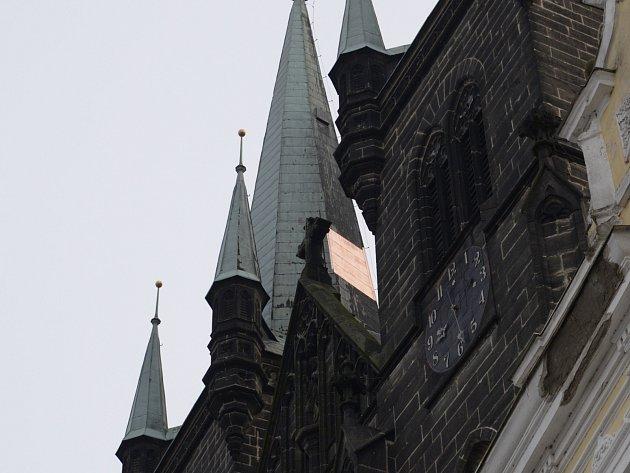 Opravené opláštění na střeše chrudimského kostela Nanebevzetí Panny Marie.