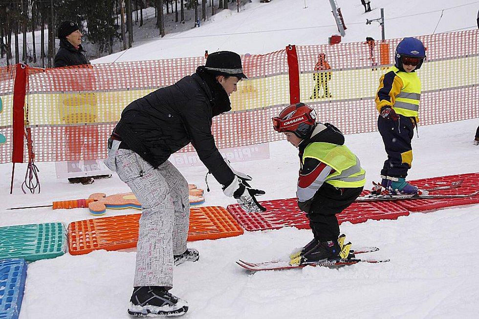 Lyžařská školička pro nejmenší lyžaře na sjezdovce v Hlinsku.