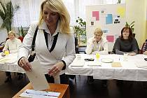 Dosavadní starostka Hlinska Magda Křivanová (na snímku) přišla k volbám v doprovodu syna Matěje. Ten přijel svou matku podpořit z Hradce Králové, kde studuje.