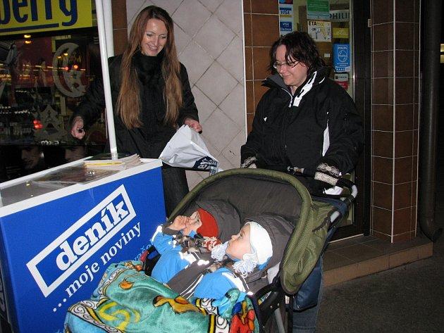 Lidé mohli před prodejnou ve stánku Deníku přispívat v rámci  akce, která byla součástí Žlutomodrého roku Berry pro Centrum Paraple. Dorazila i radiohlídka Radia OK.