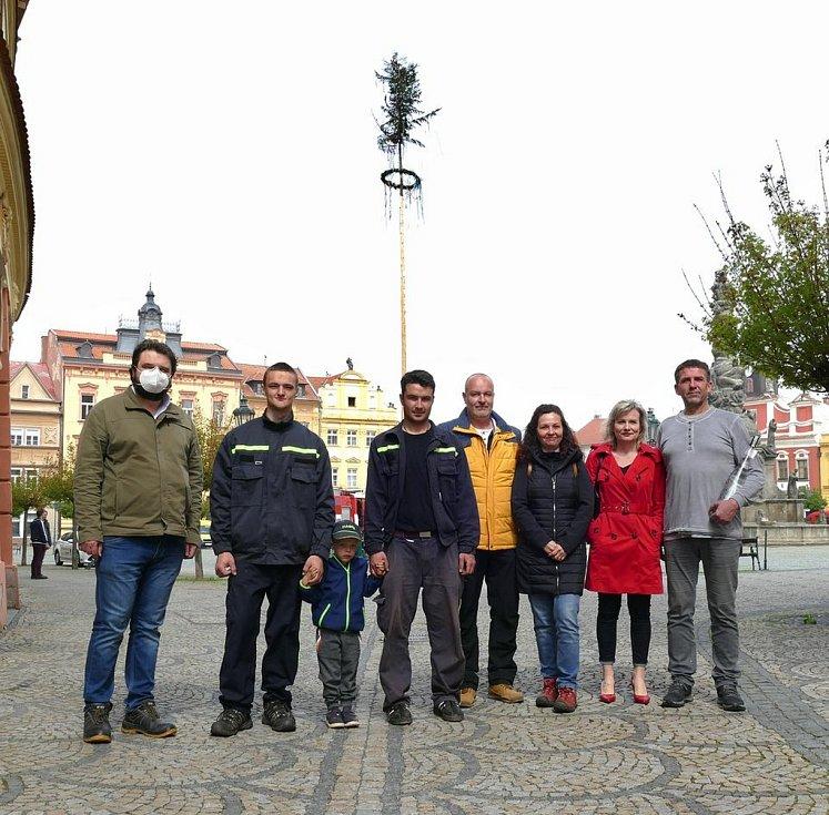Od soboty zdobí mnohá náměstí a návsi symboly měsíce lásky a jara.  Foto: Karel Dvořák