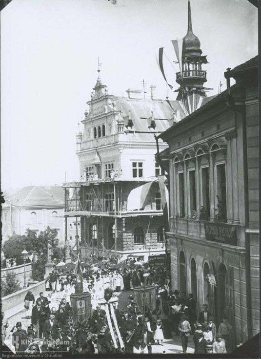 Poutní procesí v Široké ulici (tč. Karlova třída a Martiniho) dne 6. 8. 1898Na fotografii muzejního adjunkta Jana Štěrby se zastavil čas při typické každoroční srpnové scéně - do města přicházelo jedno z procesí při příležitosti Salvátorské pouti. Možná j