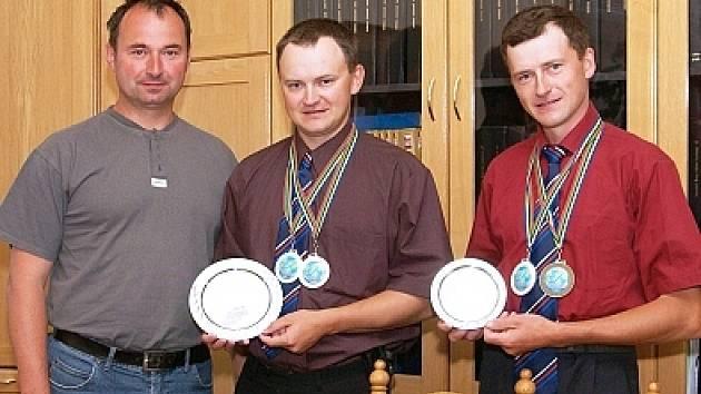 Úspěšné rybáře přijal starosta Slatiňan Ivan Jeník (vlevo).