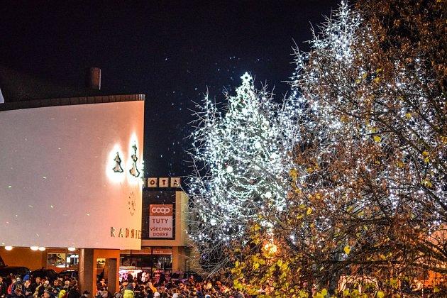 V Třemošnici rozsvítily vánoční stromečky.