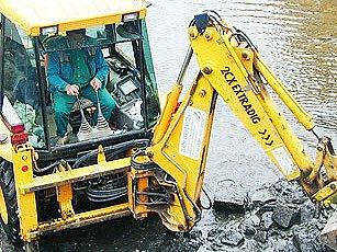 Technika na dně rybníku.