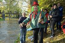 Dědek Doubravák zamyká řeku Doubravu.