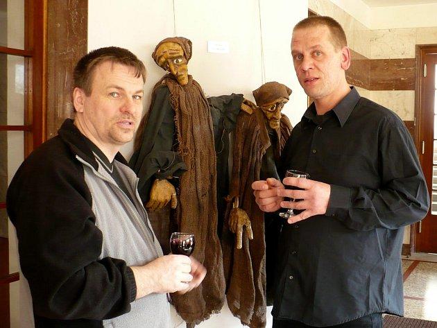 Polský výtvarník a loutkář Pietr Kochanovský (na snímku vpravo vedle chrudimského loutkáře Libora Štumpfa).