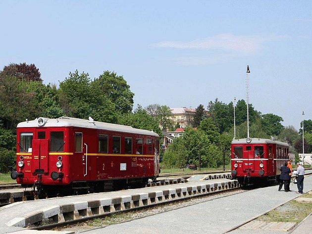 Při oslavách 140. výročí tratě budou jezdit motorové i parní vlaky.